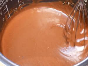 3步驟!用鬆餅粉與電子鍋做巧克力蛋糕,零基礎做甜點