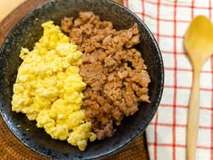 蛋鬆肉末二色丼飯